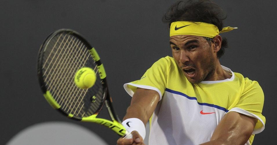 Rafael Nadal rebate bola durante a partida contra Nicolás Almagro