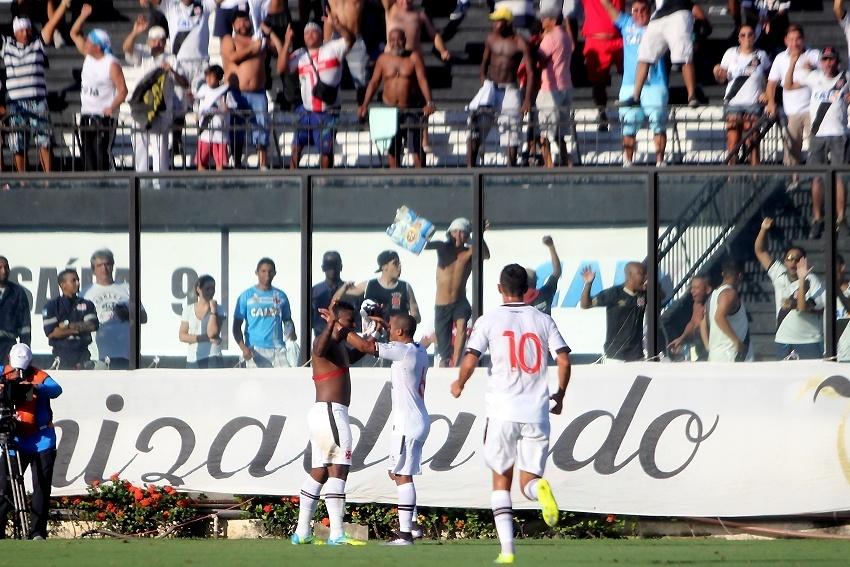 Jogadores do Vasco comemoram gol contra o Botafogo