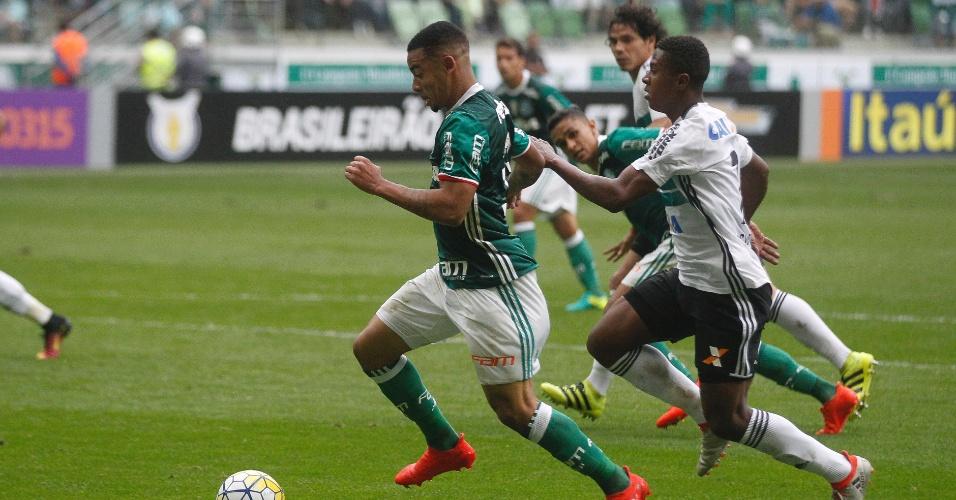Gabriel Jesus em ação durante a partida entre Palmeiras e Coritiba no Allianz Parque