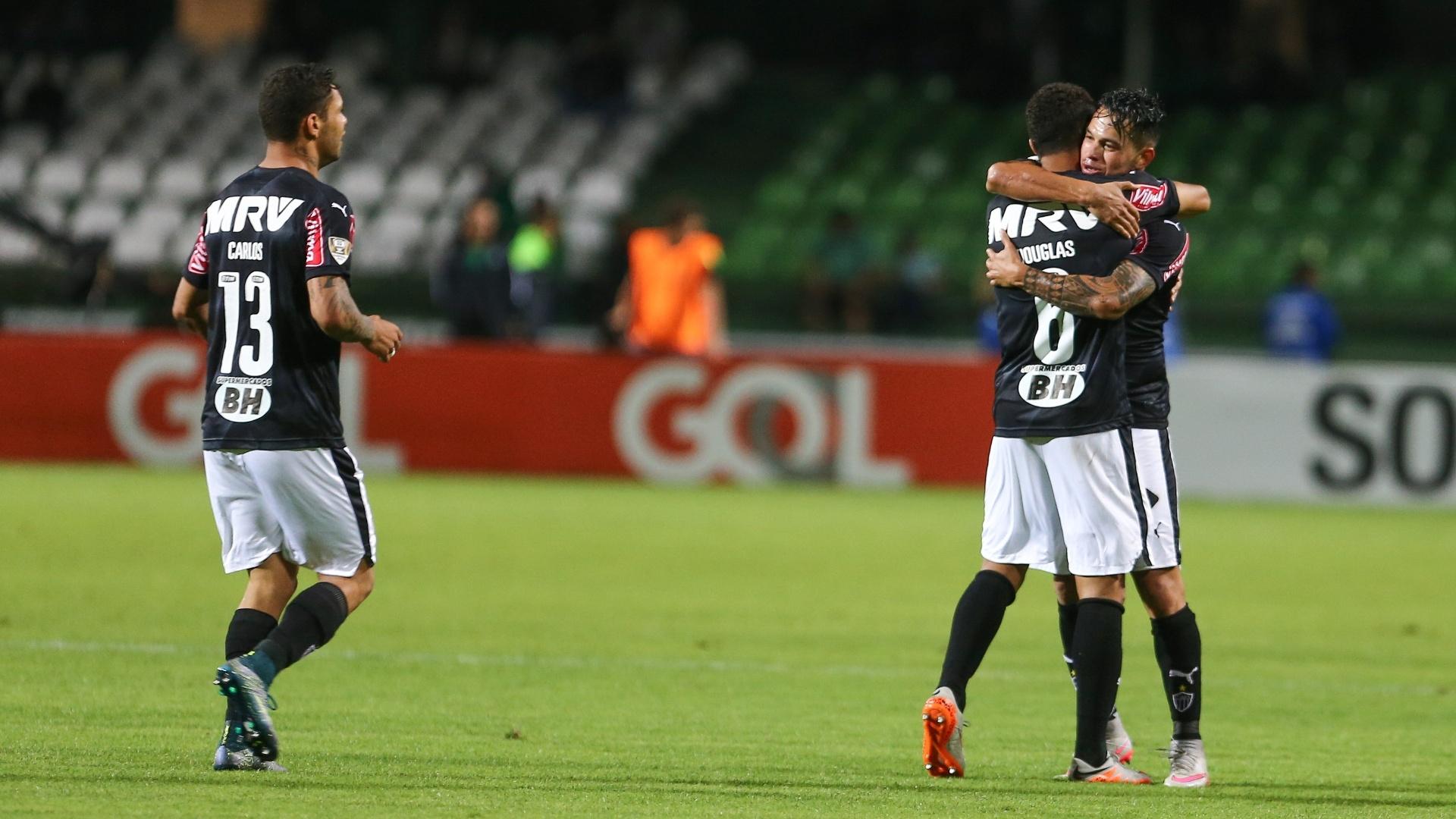 Jogadores do Atlético-MG comemoram gol marcado contra o Coritiba no Couto Pereira