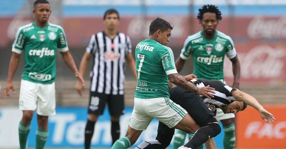 Dudu disputa a bola em partida do Palmeiras contra o Libertad