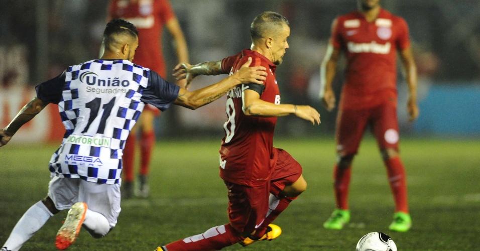 D'Alessandro tenta o drible durante seu jogo de despedida do Inter, contra o São José-POA