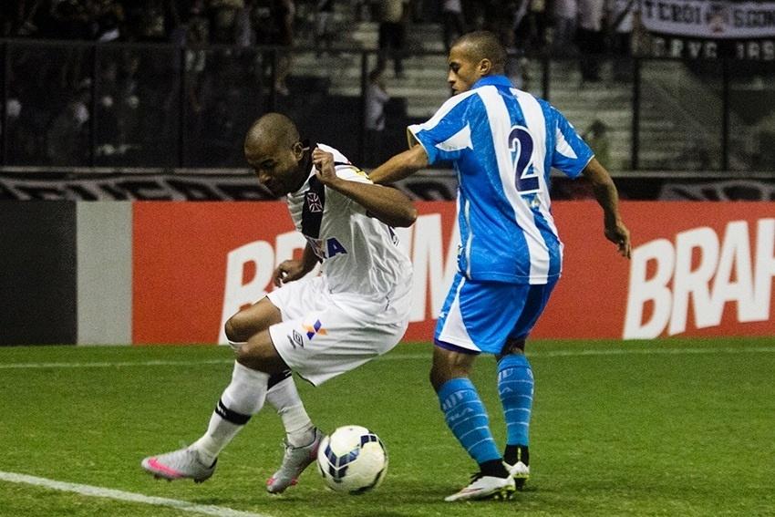 Nino Paraíba tenta roubar a bola do Vasco no jogo do Avaí