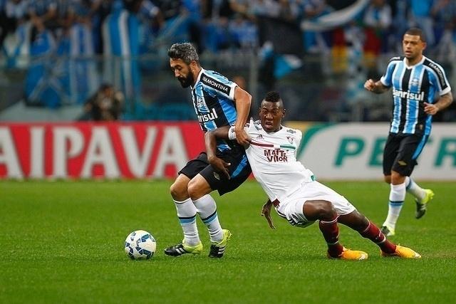 Douglas e Léo Pelé disputam bola no confronto de quartas de final
