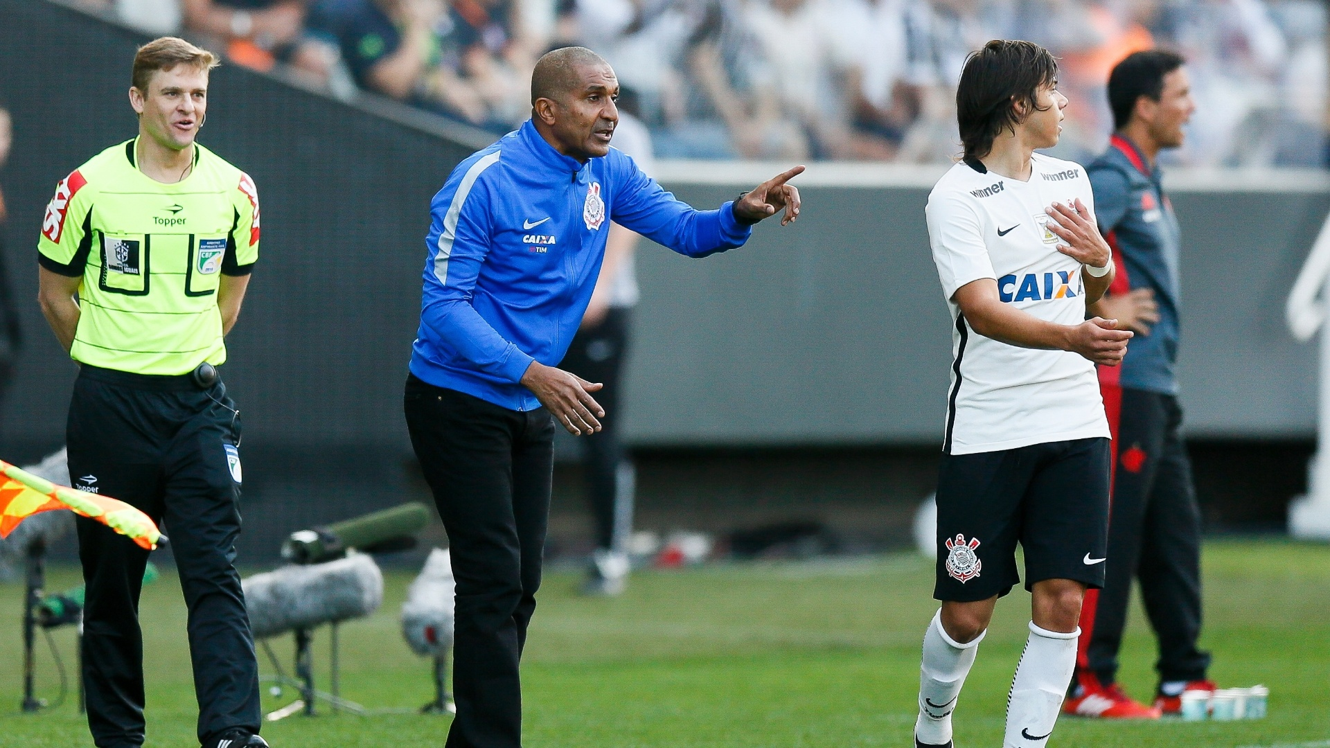 Cristóvão Borges orienta Romero na partida entre Corinthians e Flamengo pelo Campeonato Brasileiro