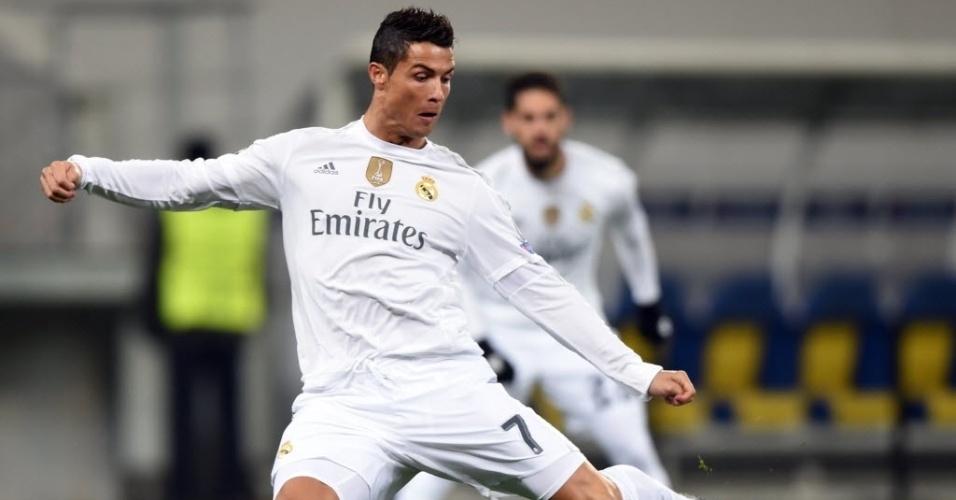 Cristiano Ronaldo arrisca chute em duelo do Real Madrid contra o Shakhtar, na Ucrânia. Português abriu o placar