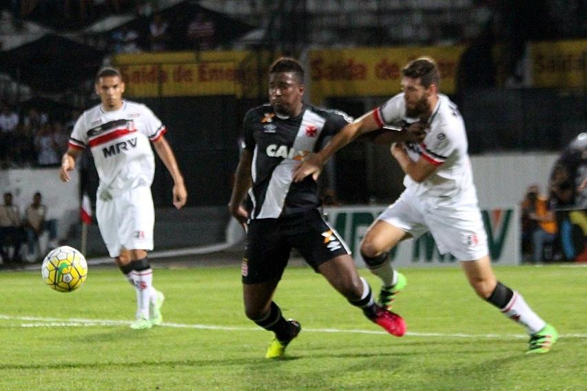 Thalles tenta escapar da marcação de Danny Moraes na partida Santa Cruz x Vasco