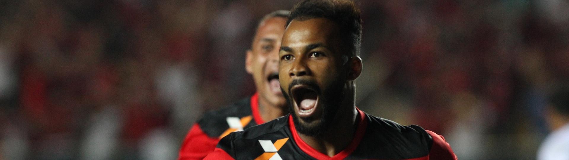 Fernandinho comemora o gol que garantiu a classificação do Flamengo na Sul-Americana