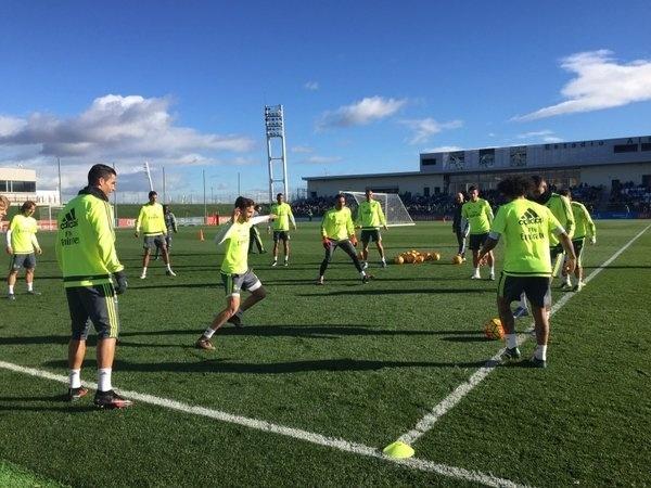 Jogadores do Real Madrid fazem roda de bobinho antes de primeiro treino sob comando de Zinedine Zidane