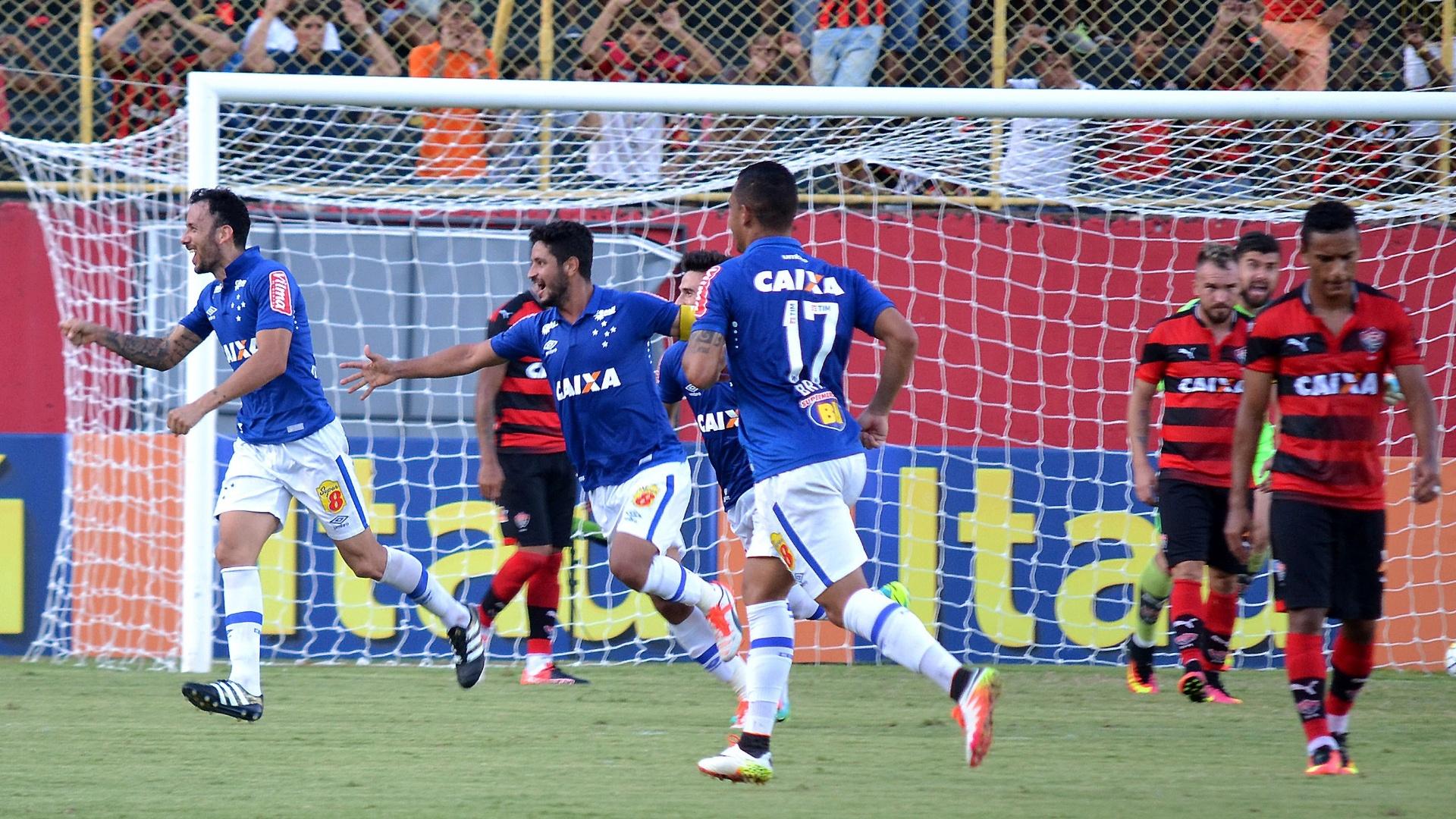 Ariel Cabral marca o gol do Cruzeiro contra o Vitória