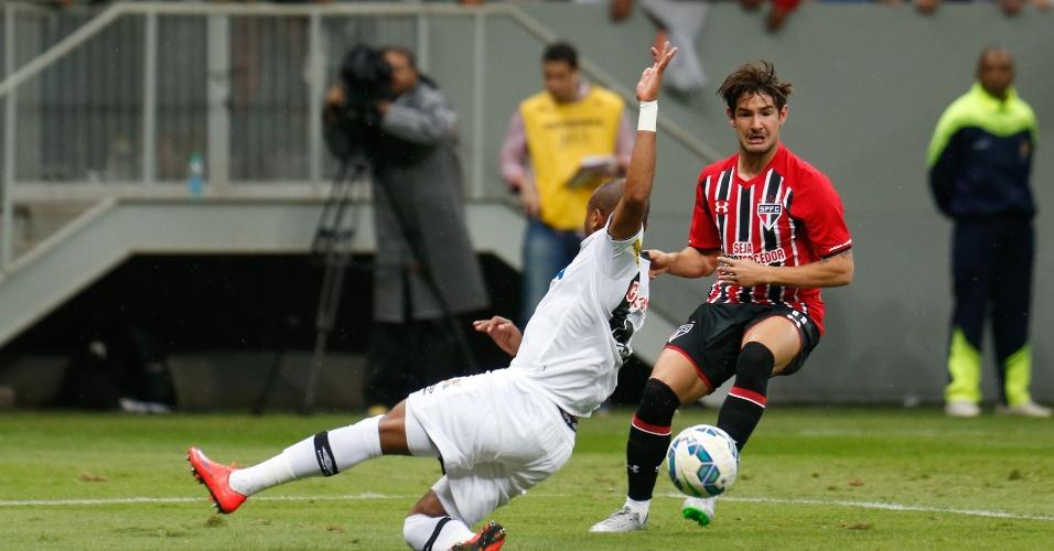 Pato passa pela marcação adversária na partida entre Vasco e São Paulo, pelo Brasileirão