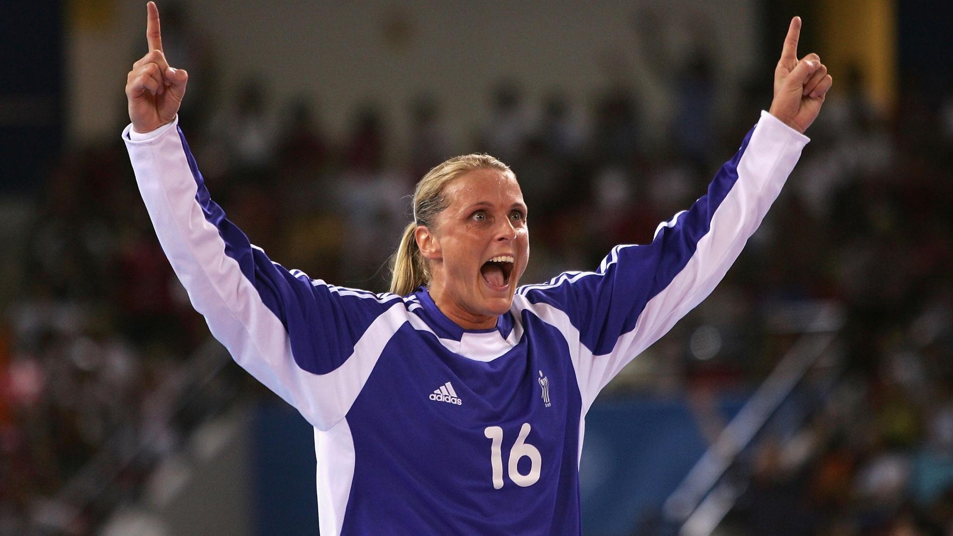 Rikke Schmidt, da seleção feminina de handebol da Dinamarca, comemora durante os Jogos Olímpicos de 2004