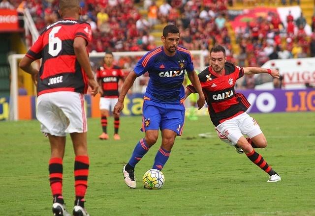 Diego Souza carrega bola em derrota do Sport para o Flamengo