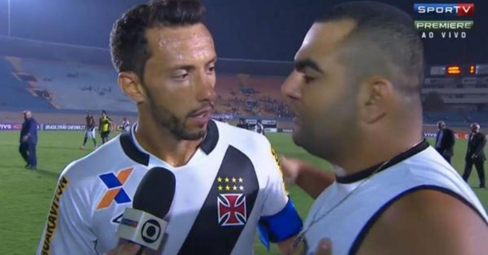 Atacante Nenê, do Vasco, é interpelado por torcedor após derrota da equipe para o Goiás em Goiânia