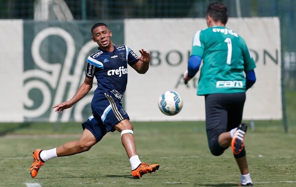 Gabriel Jesus conclui jogada em Atibaia, em coletivo do Palmeiras