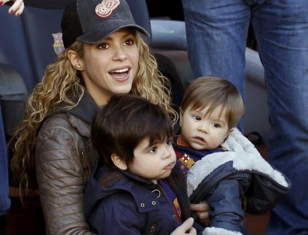 Cantora colombiana Shakira levou os filhos ao Nou Camp para acompanhar o marido Piqué em campo