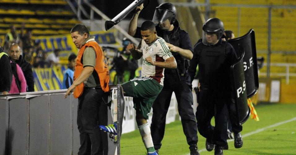 Gabriel Jesus chuta placa de anúncio após ser expulso do jogo do Palmeiras contra o Rosario, na Libertadores