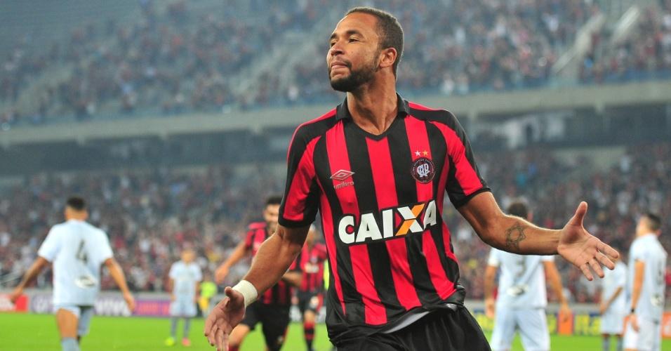 Hernani festeja gol do Atlético-PR contra o Botafogo