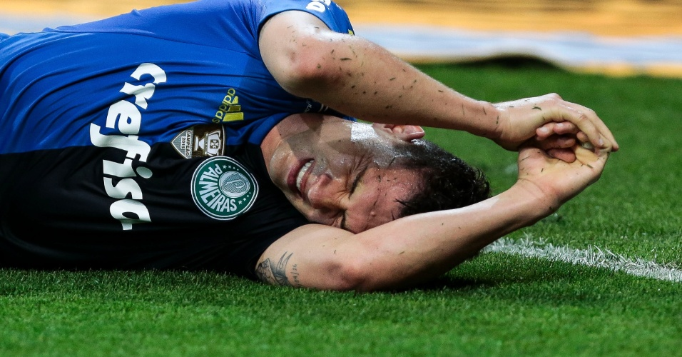 Moisés sente lesão no duelo Palmeiras x Botafogo-PB
