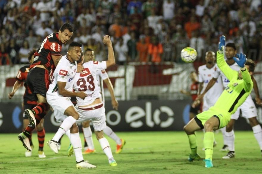 Leandro Damião cabeceia para fazer 1 a 0 para o Flamengo sobre o Fluminense