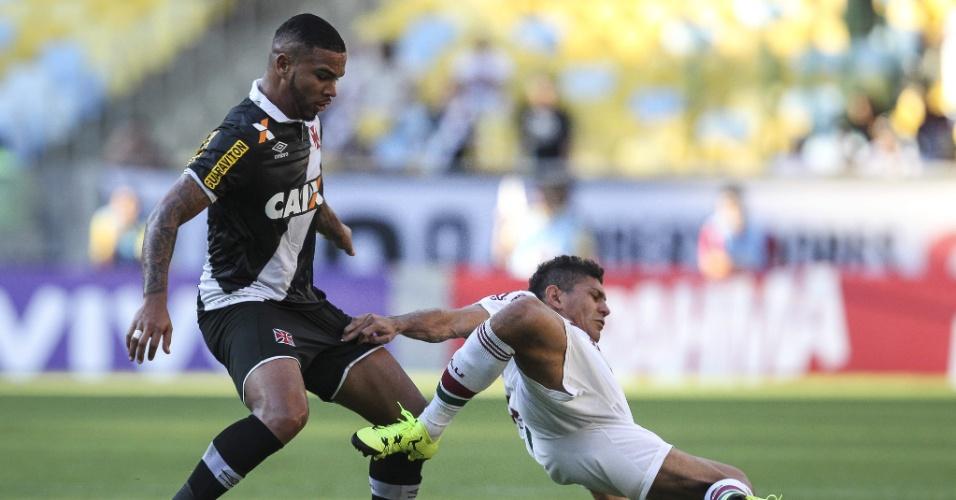 Jhon Cley leva a melhor sobre Edson em lance do jogo entre Fluminense e Vasco, válido pelo Brasileirão