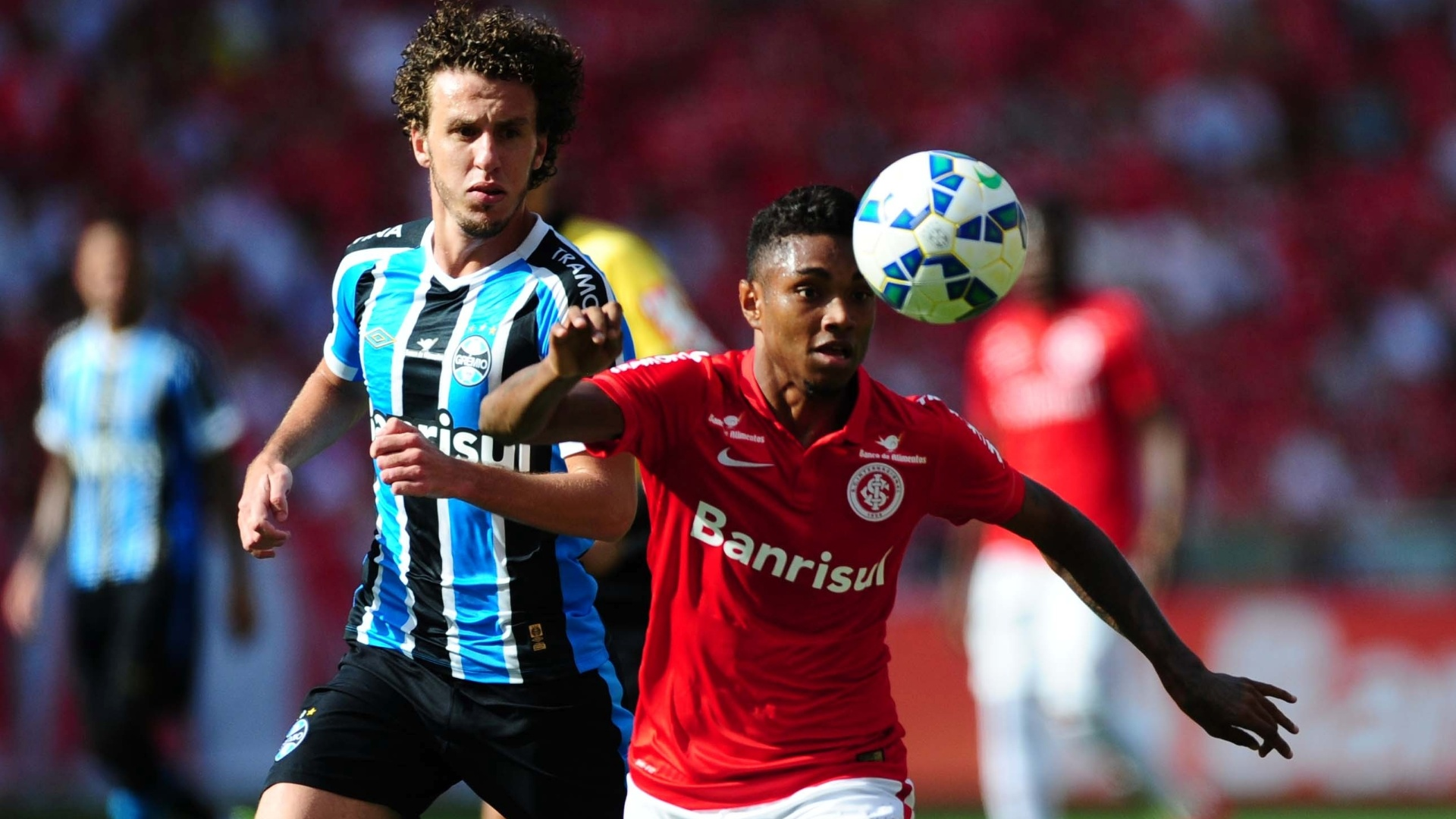 Galhardo, do Grêmio, e Vitinho, do Inter, disputam jogada no clássico Gre-Nal