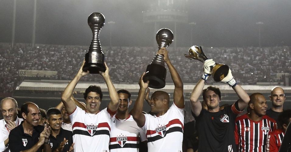 Raí, Rogério Ceni e Ronaldão revivem momento em que levantaram as taças dos três títulos mundiais do São Paulo