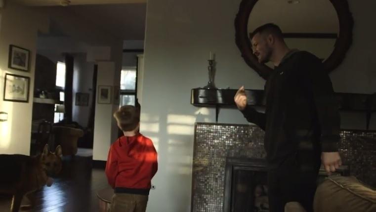 Michael Bisping conversa com o filho, Lucas, sobre a luta contra Anderson Silva