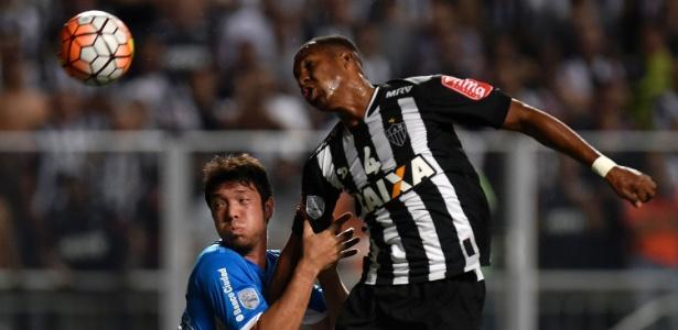 Erazo e Marcos Acuna disputam bola no jogo do Atlético-MG contra o Racing, pela Libertadores