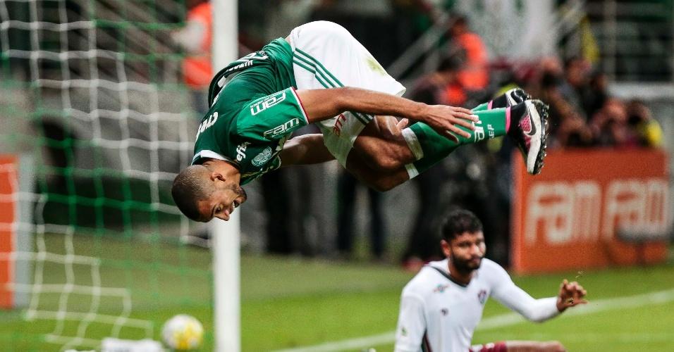 Vitor Hugo dá cambalhota ao marcar um dos gols do Palmeiras