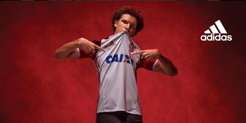 O volante Willian Arão posa com a nova camisa reserva do Flamengo