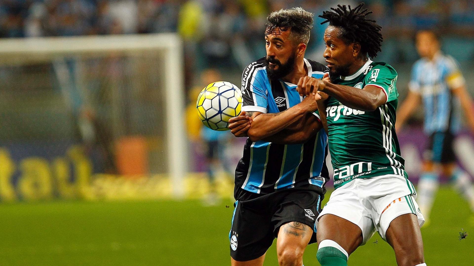 Douglas, do Grêmio, e Zé Roberto, do Palmeiras, disputam a bola no duelo na Arena Grêmio