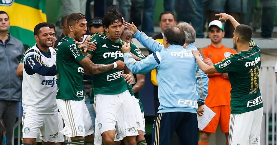 Jogadores do Palmeiras comemoram com Marcelo Oliveira na goleada sobre o São Paulo (28/06)