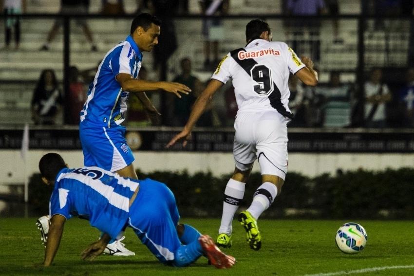 Gilberto tenta criar jogada para o Vasco contra o Avaí