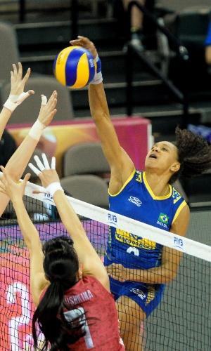 23.jul.2015 - Oposto Ivna sofre com bloqueio da Rússia em jogo da seleção brasileira na fase final do Grand Prix de vôlei feminino.