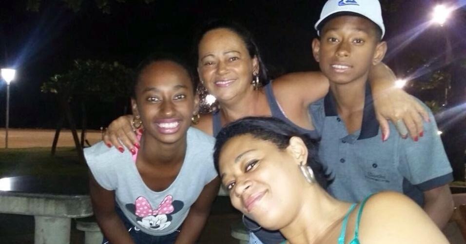 Amanda (à esquerda) e Rian (à esquerda), sobrinhos de Gabriel Jesus, junto com a mãe Vera (ao fundo) e a irmã Emanuele