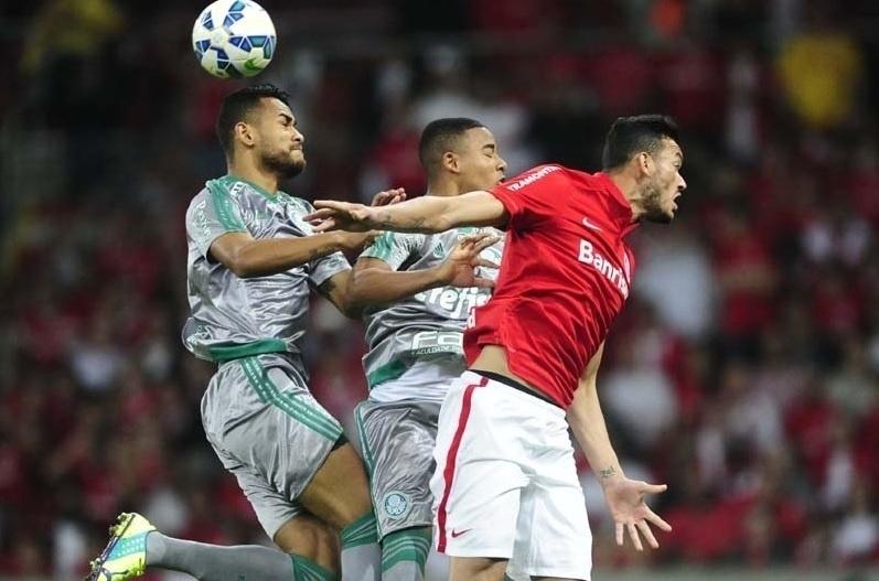 Jackson e Gabriel Jesus disputam bola com Réver