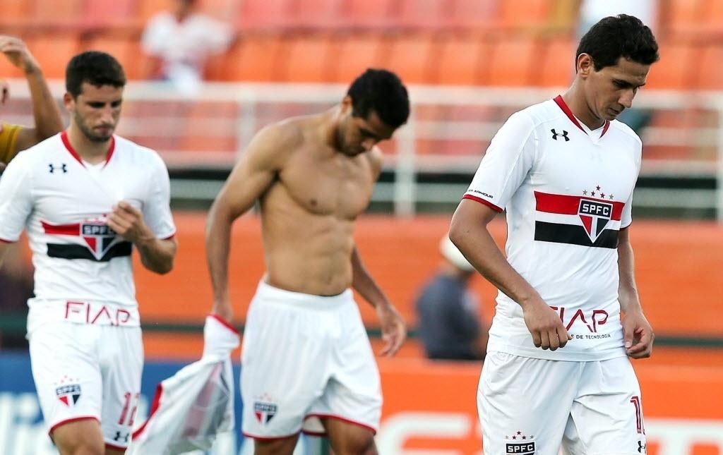 Jogadores do São Paulo deixam o campo de cabeça baixa após a derrota para o São Bernardo pelo Campeonato Paulista
