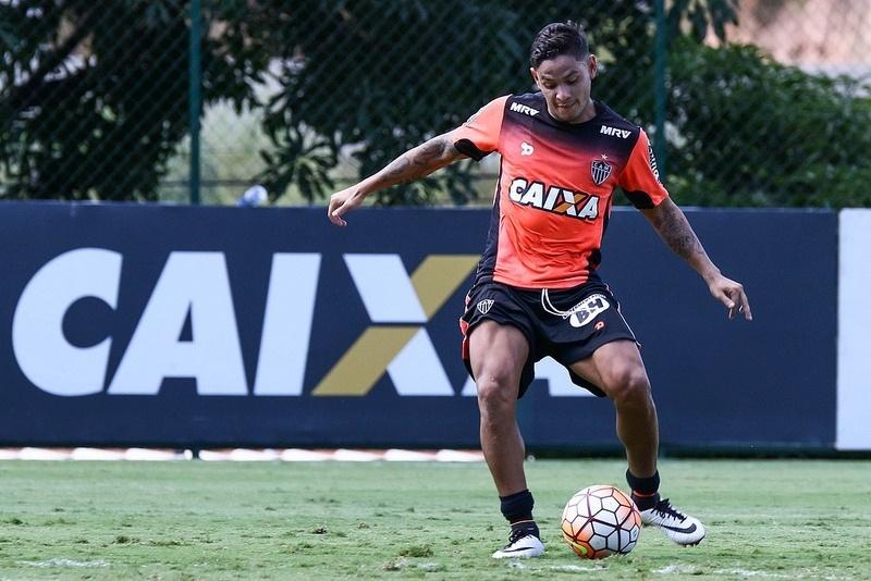 Carlos Eduardo está concentrado e relacionado para o jogo do Atlético-MG com o Racing