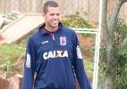 Zagueiro largou a faculdade e busca se firmar no Santos para poder casar