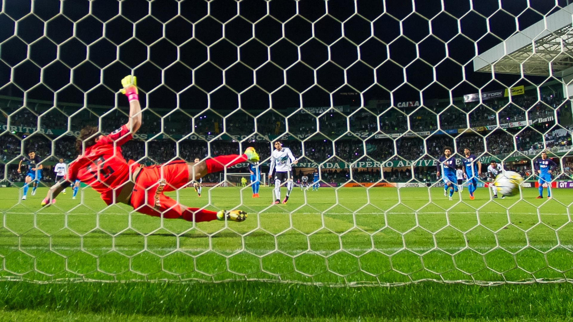 Leandro faz de pênalti gol do Coritiba contra o Corinthians
