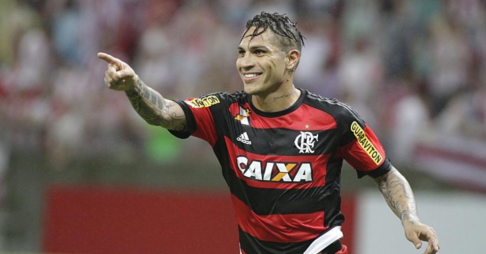 Guerrero comemora o seu gol na vitória do Flamengo sobre o Náutico fora de casa