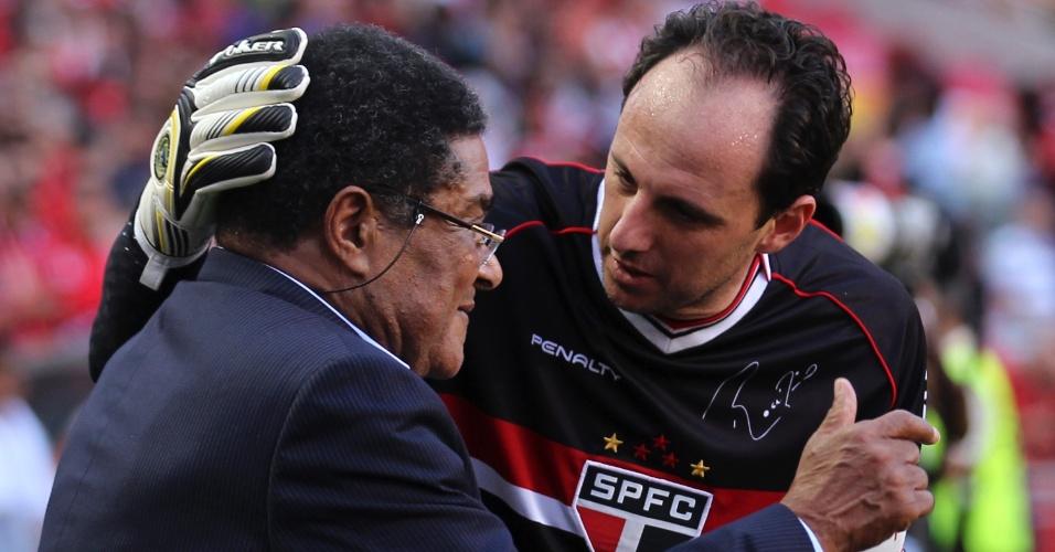 Rogério Ceni posa ao lado de Eusébio, um dos maiores jogadores da história de Portugal