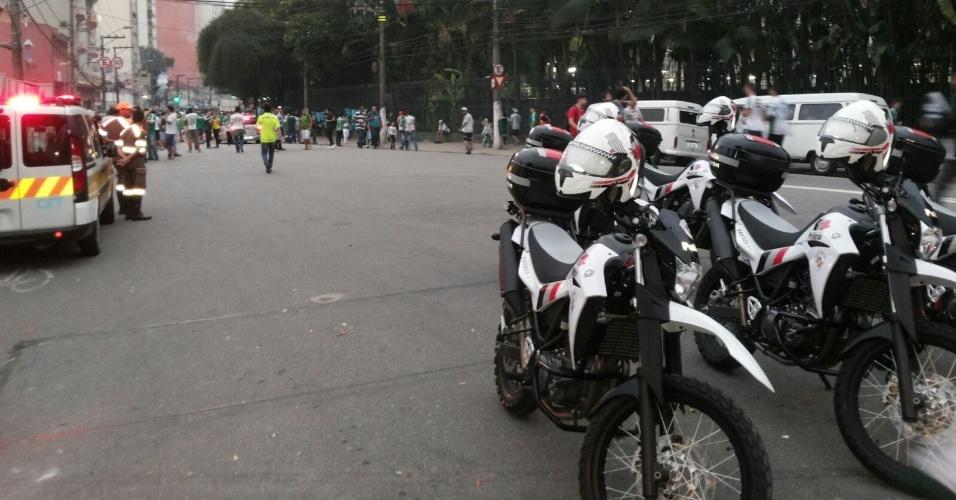 Polícia Militar se posiciona perto das torcidas antes do jogo