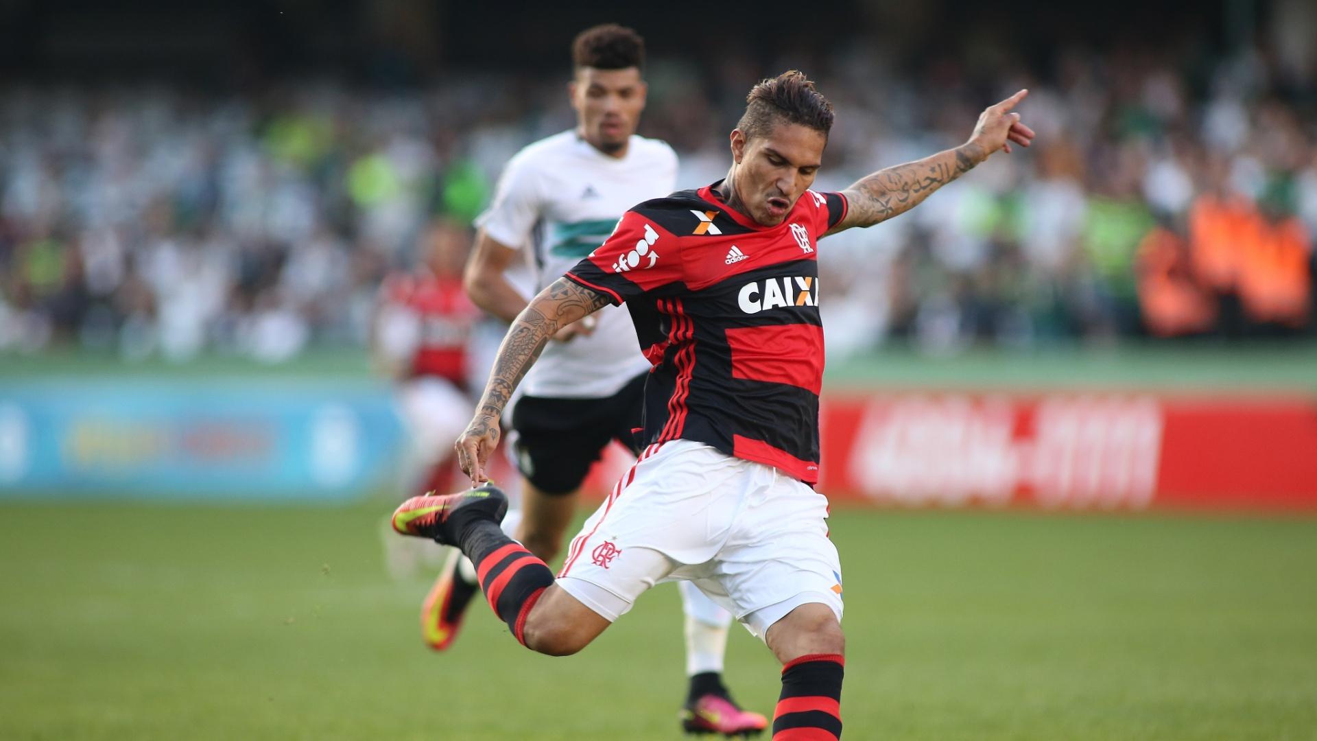 Guerrero chuta para marcar um dos gols da vitória do Flamengo sobre o Coritiba