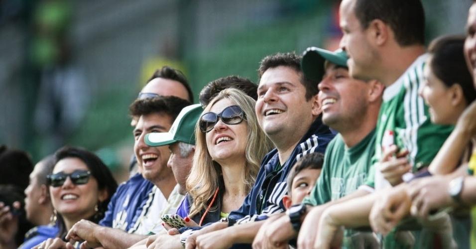 Torcedores do Palmeiras aguardam o início do clássico no Allianz Parque (28/06)