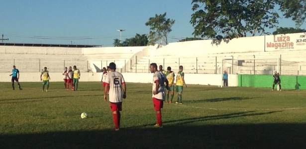 Jogadores do ÍBis se preparam para cobrança de falta durante vitória sobre Timbaúba