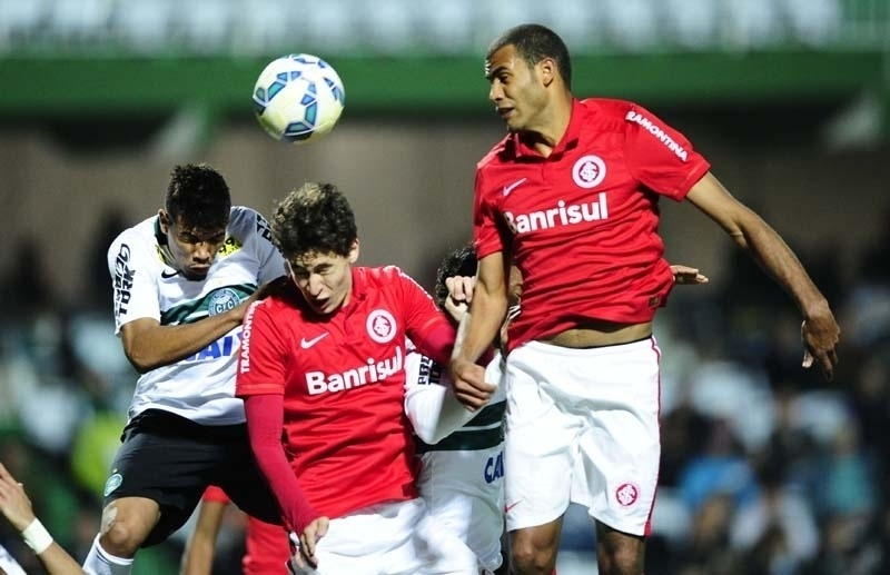 Rodrigo Dourada cabeceia a bola durante a partida disputada no Couto Pereira, entre Coritiba e Inter
