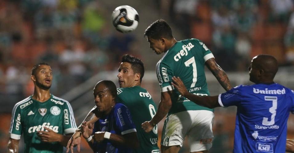 Dudu cabeceia a bola observado por Vitor Hugo e Barrios durante partida entre Palmeiras e São Bento
