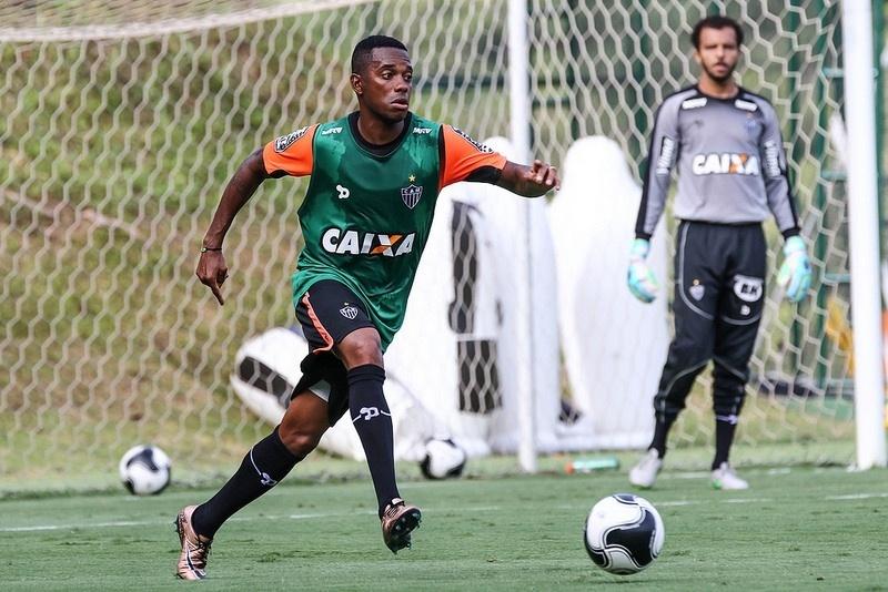 Robinho treina forte na Cidade do Galo para estrear na próxima semana